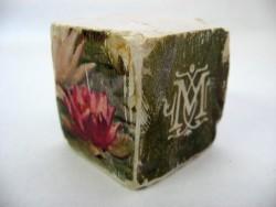 Cube 'Nénuphars blanc et rouge'