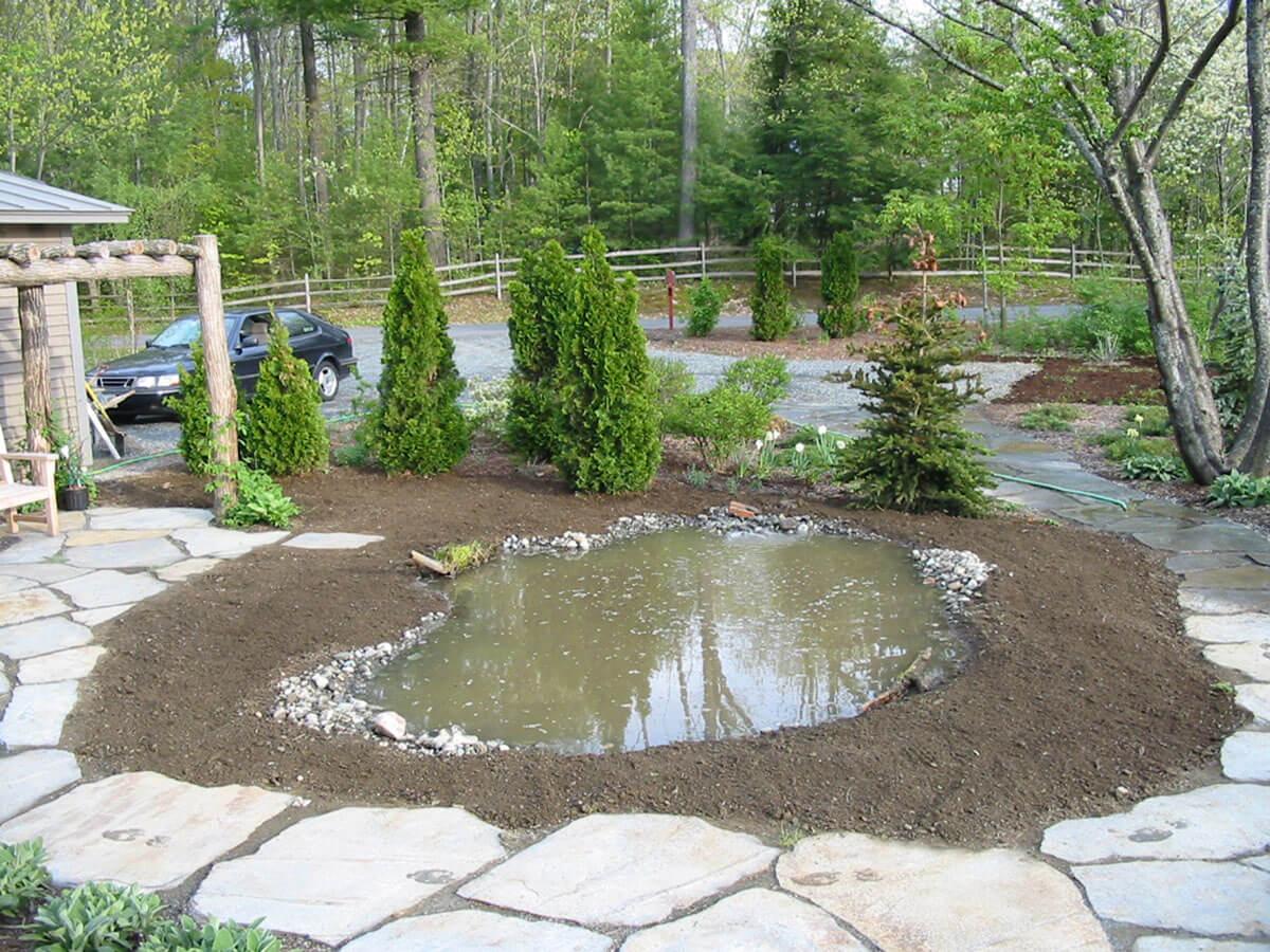 Dès que les bords sont faits, préparer le site pour les plantations.