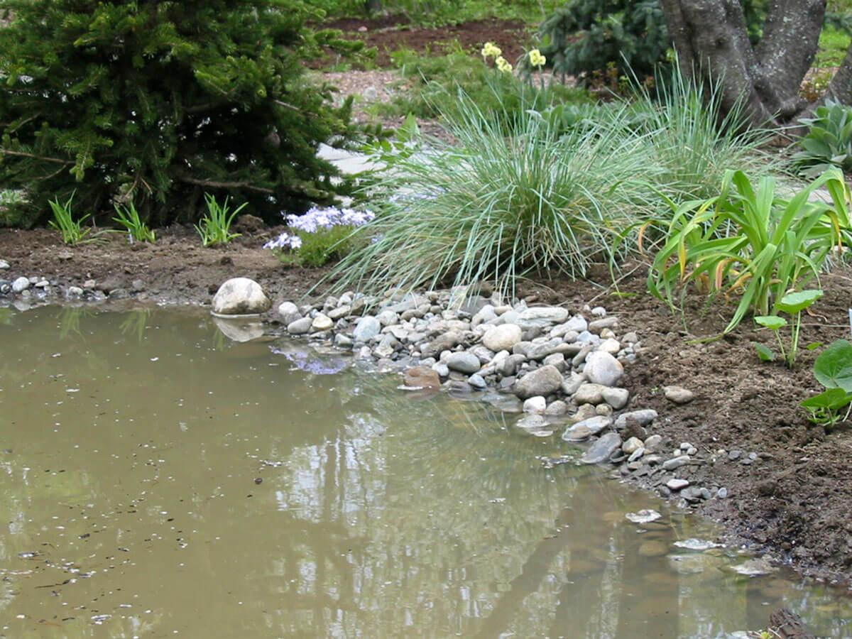 Les bords sont faits avec un mélange de terre et de gravier.